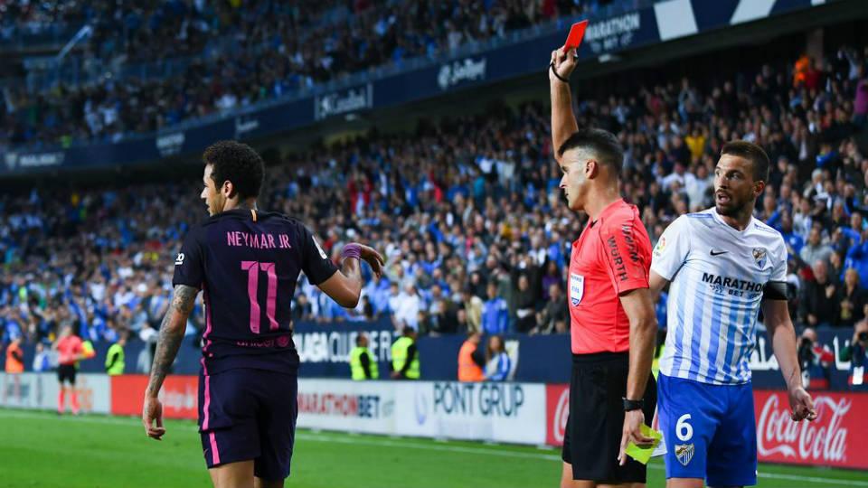 Neymar menerima kartu merah dari wasit agen bola usai melanggar Llorente